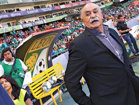 Azkargorta. El entrenador de Bolívar, Xabier Azkargorta, el momento en que hizo su ingreso a la cancha del estadio Nou Camp de León.