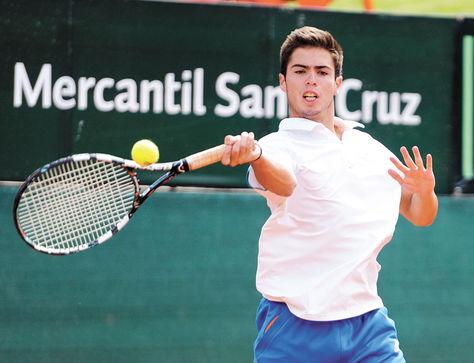 Devolución. Lanza devuelve la pelota a su rival en un partido de la Copa La Razón, que comenzó ayer en instalaciones del Club de Tenis La Paz.