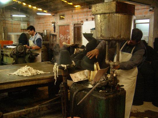 INDUSTRIA. Los artículos de sombreros y fustes del Departamento figuran entre las principales exportaciones de la región en productos no tradicionales, seguido del rubro de la industria alimentaria.