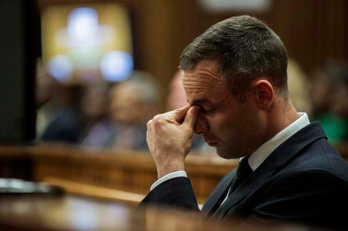 Olímpico Sudafricano y el atleta paralímpico Oscar Pistorius se sienta en el banquillo durante su juicio por asesinato en el Tribunal Superior de Justicia del Norte de Gauteng en Pretoria / Gianluigi Guercia / Reuters