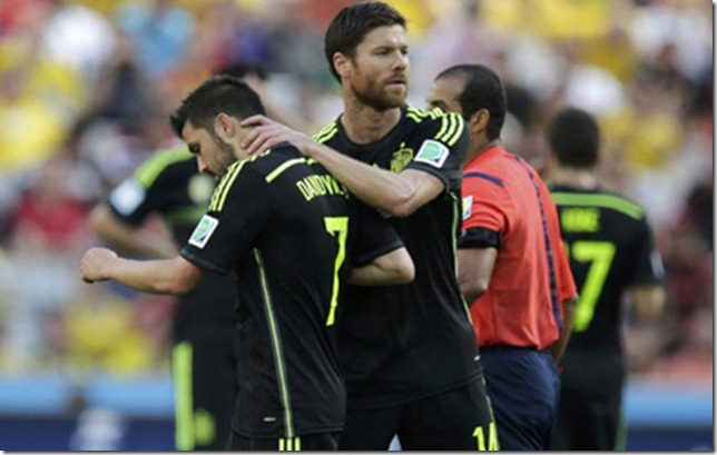Spain's David Villa (7) talks with Spain's Xabi Alonso after being substituted during the 2014 World Cup Group B soccer match between Australia and Spain at the Baixada arena in Curitiba June 23, 2014. This marks his last international match for Spain.     REUTERS/Henry Romero (BRAZIL  - Tags: TPX IMAGES OF THE DAY SOCCER SPORT WORLD CUP)