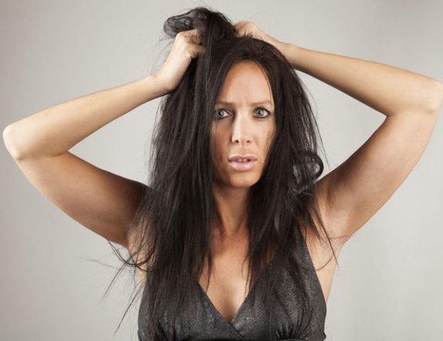 mujer jalandose el cabello