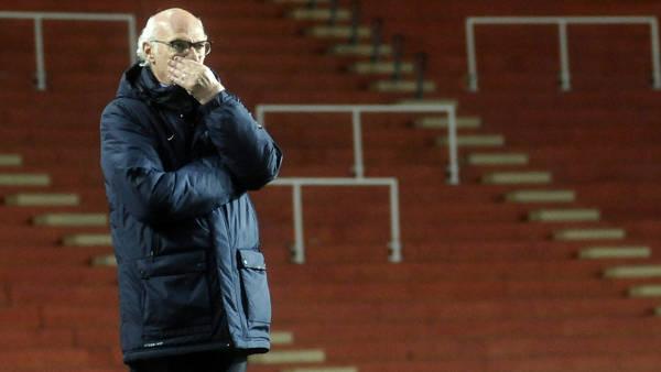 Carlos Bianchi, en el Estadio Ciudad de La Plata, solo contra la adversidad. (DyN)