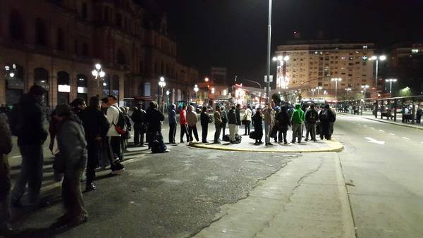 AL FILO DEL PARO. Pasajeros esperan un colectivo en Plaza Constitución, minutos antes del comienzo de la huelga. (Mario Quinteros)