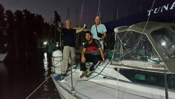 El oftalmólogo Jorge Benozzi y sus compañeros en el velero Tunante II. (Familia Benozzi)