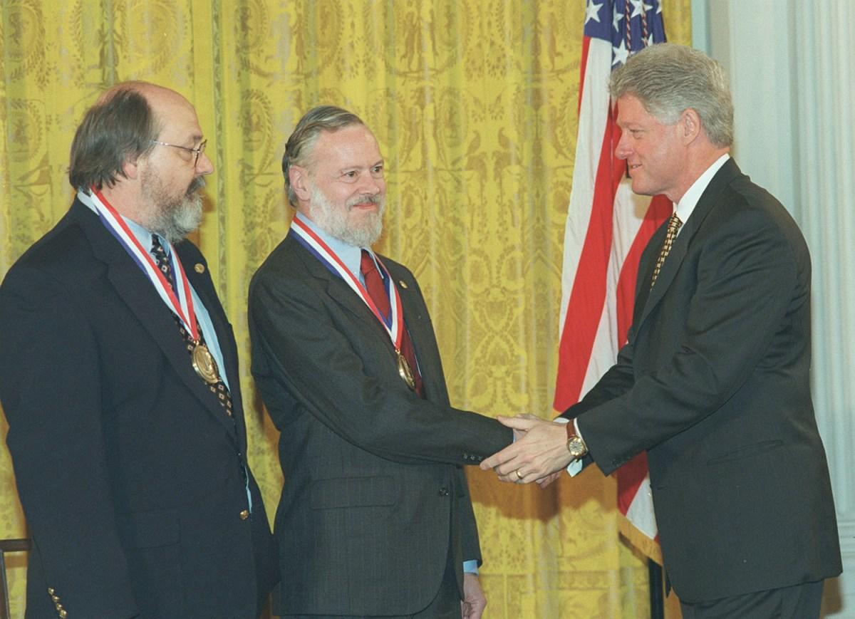 Dennis Ritchie y Ken Thompson reciben Premio Nacional de Tecnología de manos del Presidente Bill Clinton