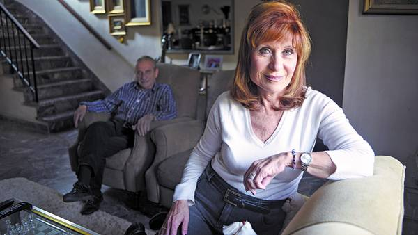 Mirada pícara. Silvia y Raúl –atrás, sentado– se casaron hace 51 años cuando lo privado estaba cubierto de velos. Hoy, fieles a su pasado, no piensan renunciar al deseo. /ANDRES D'ELIA