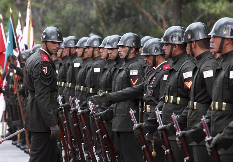 Soldados turcos forman una línea durante la visita del nuevo presidente de Turquía, Recep Tayyip Erdogan, al líder turcochipriota, Dervis Eroglu, en la zona ocupada de Nicosia. EFE