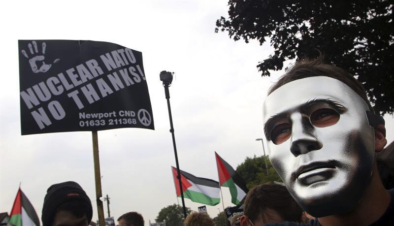 Manifestantes participan en una marcha hacia el hotel Celtic Manor, para mostrar su rechazo por la celebración de la cumbre bianual de la OTAN en Newport. EFE