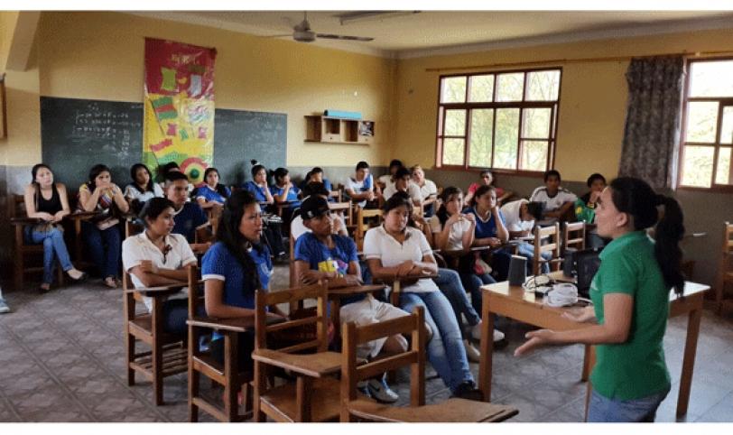 Escolares, atentos a la disertación sobre drogadicción.