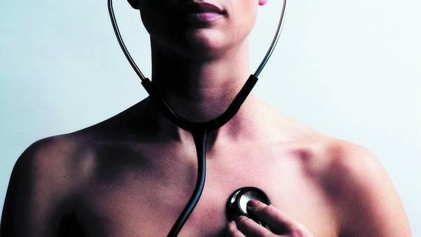 Controles. Recomiendan visitar al cardiólogo una vez al año después de los 40, igual que al ginecólogo. / AFP