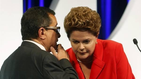 Dilma Rousseff conversa con un asesor antes de comenzar el debate que la enfrentó con la candidata opositora Marina Silva, de cara a las elecciones del 5 de octubre. REUTERS
