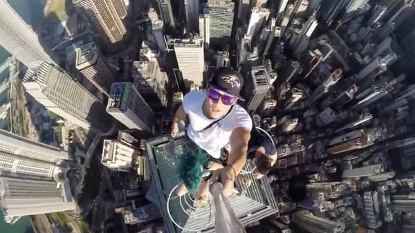 Impresionante. La selfie de tres jóvenes en un rascacielos en Hong Kong.