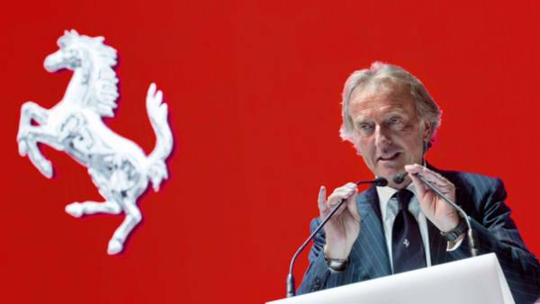 Luca de Montezemolo, junto al logo de la marca que condujo durante más de 20 años (AFP)
