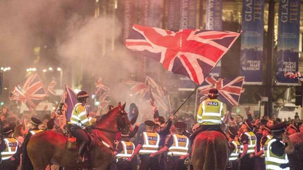 Partidarios del NO durante una manifestación en Glasgow, Escocia, 19 de septiembre de 2014. La policía interviene ante algunos enfrentamientos. (EFE / EPA / ROBERT PERRY)