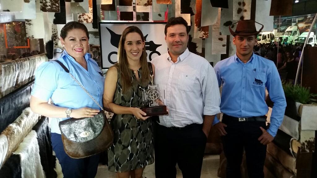 "Ganadores mejor stand PyME exportadora: Curtiembre ""Sausalito"", Alison Mansilla, Irene Monasterio (Gerente General), Agustín Zambrana,  Oscar Almada. ""Arte cuero, calidad de exportación"""