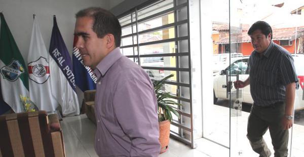 El momento justo en que Fernando Humérez ingresa, con maleta incluida, a las oficinas de la Liga. Buscó sellar un acuerdo