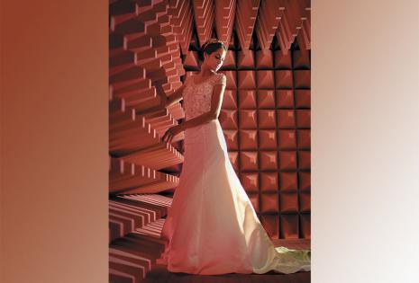 Un corte para lucir la figura. Este vestido corte sirena está confeccionado en charmeuse. Posee un delicado cuello en V y un sofisticado bordado con cristales en mangas y torso. El toque moderno del ambiente se logró en el Garaje de la Pasión de Casa Cor,