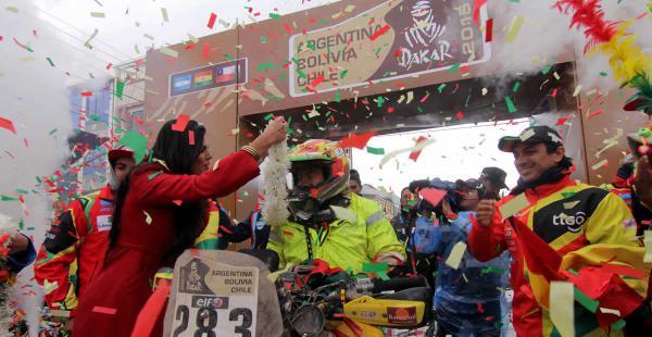 El piloto Wálter Nosiglia llegando a Uyuni, en la versión 2015. Juan Carlos Salvatierra, que abandonó la competencia, le dio la bienvenida