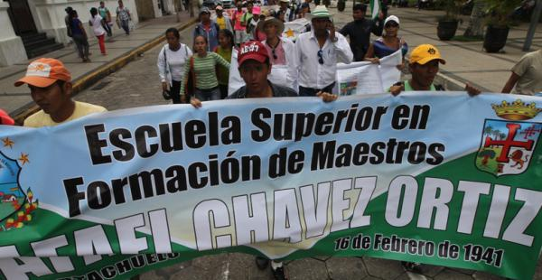 Normalistas ingresan a la plaza 24 de Septiembre luego de tres días de marcha desde Portachuelo