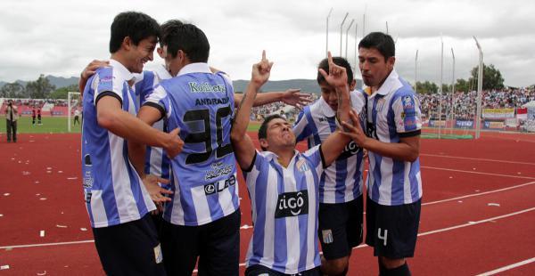 Diego Cabrera (de rodillas) celebrando uno de sus goles. Sus compañeros lo felicitan. El atacante marcó dos de los tres goles de la victoria