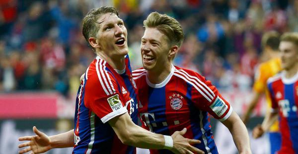 Bastian Schweinsteiger (izq) celebra con su compañero de equipo, Mitchell Weiser (dcha) después de anotar un gol ante el Hertha de Berlín