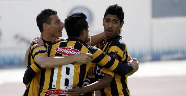 El equipo de The Strongest festejando uno de sus goles anotados en el campeonato Clausura. Buscan escalar en la tabla de posiciones