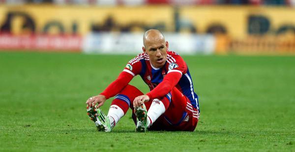 Arjen Robben se sienta en el terreno de juego durante su Copa de Alemania. El holandés se lesionó en el partido ante el Borussia Dortmund