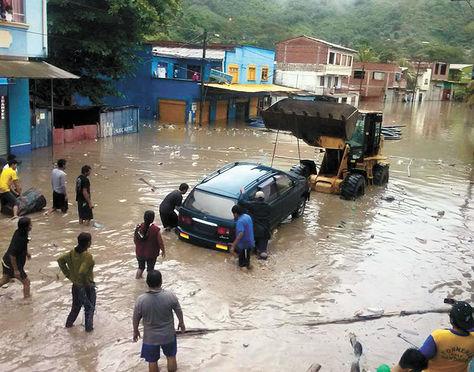 Preocupación. Varios vehículos quedaron atrapados en la inundación del municipio paceño de Guanay.