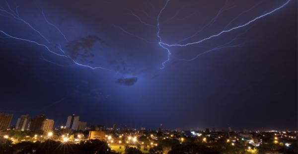 Una tormenta eléctrica iluminó el cielo cruceño la madrugada de este viernes