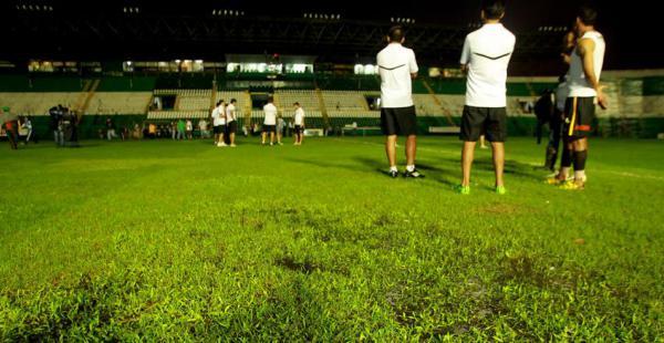 En estas condiciones estaba el gramado del estadio Tahuichi. El árbitro del partido, Óscar Maldonado, decidió suspender el juego