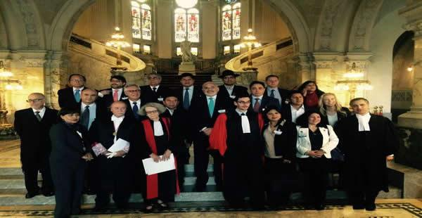 La numerosa delegación nacional posó orgullosa al concluirse la etapa de los alegatos orales ante la Corte Internacional.