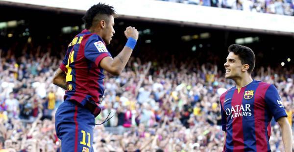 Neymar de Barcelona celebra su gol ante la Real Sociedad, con su compañero de equipo Marc Bartra. El equipo culé ganó por 2-0
