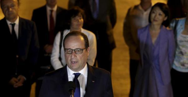 El presidente francés, Francois Hollande, se dirige a los medios de comunicación de Cuba tras su arribo al aeropuerto internacional José Martí de La Habana, este domingo en la noche