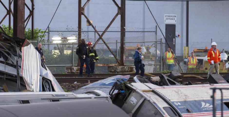 Los trabajadores de emergencia encuesta los restos de un tren Amtrak descarrilado en Filadelfia, Pennsylvania 13 de mayo de 2015. REUTERS / Lucas Jackson
