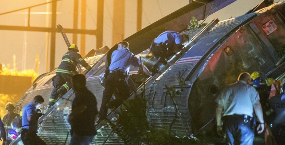 Los equipos de rescate suben a los restos de un tren de Amtrak descarrilado para buscar víctimas en Filadelfia, Pennsylvania. REUTERS / Bryan Woolston