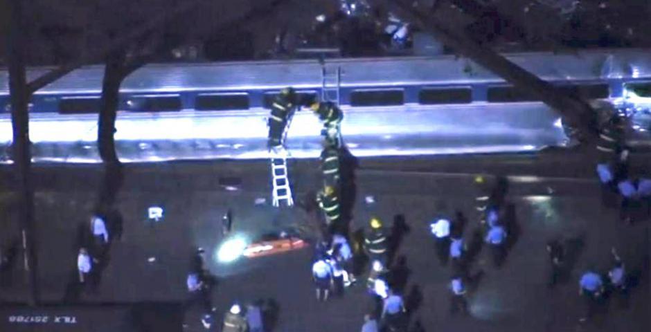 Imágenes aéreas de los socorristas que trabajan en el lugar del descarrilamiento de un tren en Philadephia, Pennslylania 12 de mayo 2015 en esta imagen fija tomada de imágenes por nbcphiladelphia.com. REUTERS / NBC10 por TV Reuters