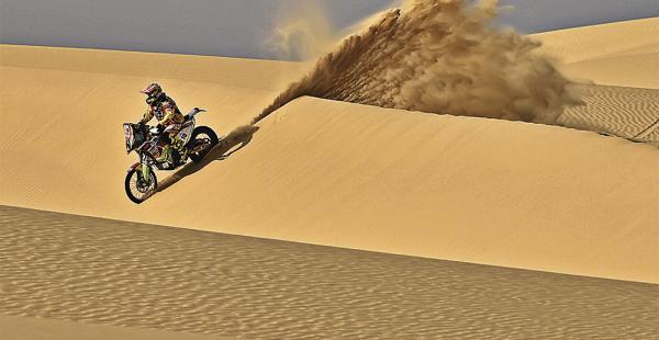 Salvatierra supera una de las dunas de la prueba de ayer. El terreno blando complicó