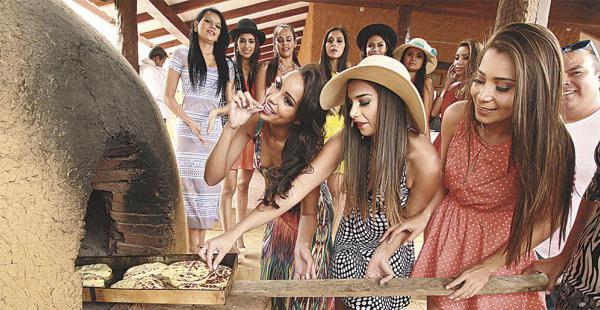 Las misses probaron sus habilidades culinarias en la casa del señor Arturo Vera, donde conocieron de cerca cómo se hornea la k'acha, plato típico de Comarapa, que es una especie de queso.