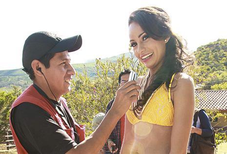 COTIZADAS. La anfitriona de la antesala, la miss Comarapa, Daniela Chávez, fue la más solicitada para las entrevistas. En la foto,  en plena entrevista con un radialista.