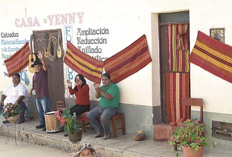 El pueblo tuvo decoradas sus calles con elementos típicos del lugar. Conmemora sus 400 años de existencia con la visita de las misses.