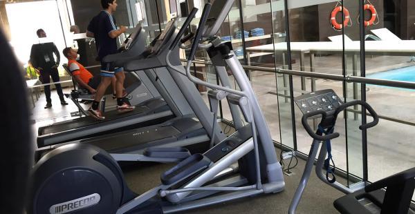 Este es el gimnasio del hotel Hilton Garden Inn Airport donde los convocados por Mauricio Soria mantendrán su buen estado físico durante su estadía