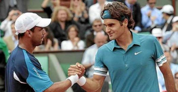 El colombiano Alejandro Falla (izq.) intentará superar al suizo Roger Federer en su tercer duelo en Roland Garros