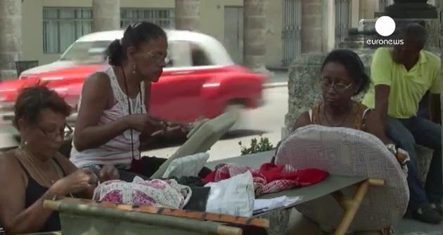 Mujeres cosen ropa en una calle de La Habana