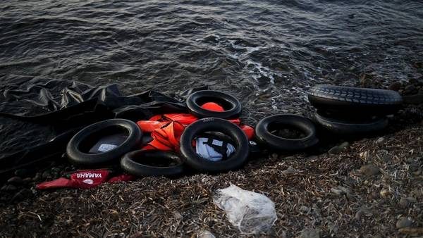 Un gomón desinflado y chalecos salvavidas tirados en la playa de la isla griega de Lesbos, una imagen que se repite a diario. REUTER