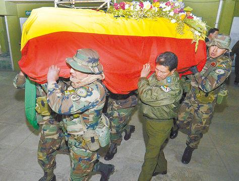Tragedia. El cuerpo del suboficial llegó anoche a la FELCN, donde recibe los honores correspondientes.