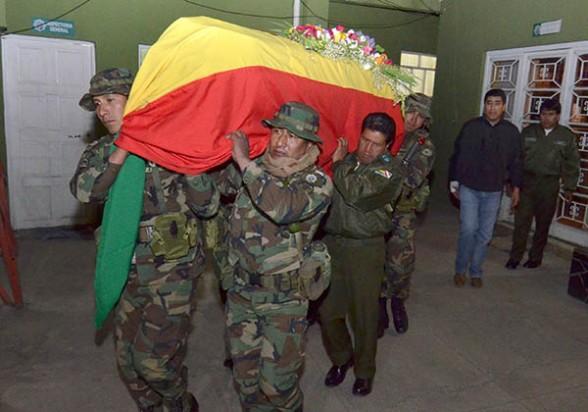 Miembros de la Fuerza Especial de Lucha Contra el Narcotráfico trasladan el ataúd del subteniente Diego Coarite, el jueves. -   Apg Agencia