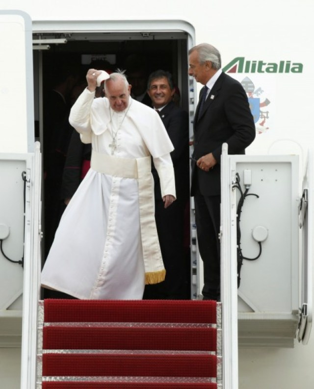 Pope Francis arrives for the first time in the United States at Joint Base Andrews, Maryland September 22, 2015. REUTERS/Kevin Lamarque