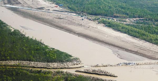 Un grupo de campesinos desafía al Ministerio Público y acentúa el desvío del río
