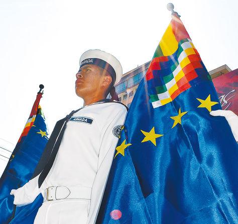 Vigilia. Un soldado de la Armada con la bandera marítima en el centro de La Paz.